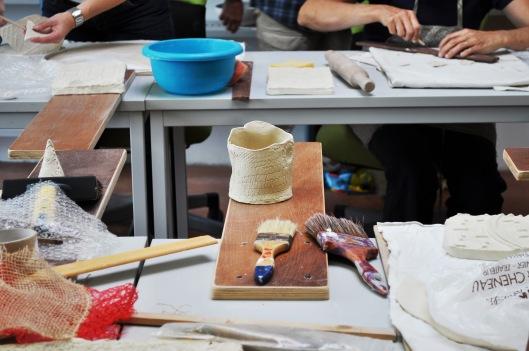 Durant cette journée, la céramiste a voulu casser les codes de la poterie traditionnelle et emmener nos stagiares vers un univers plus urbain.