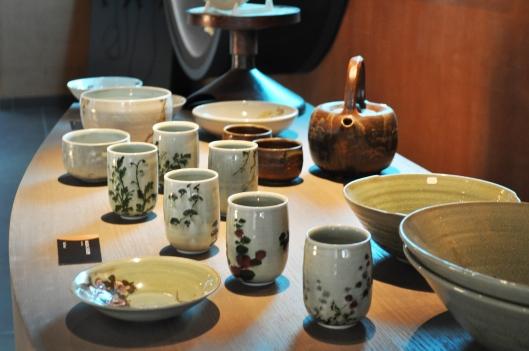 pInstallée dans son atelier à Saint-Dolay, elle réalise des objets usuels en grès et porcelaine tournés cuits au gaz en réduction.