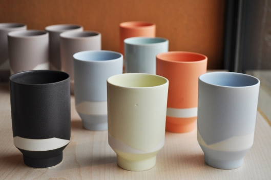 Attentive à l'harmonie entre forme et couleur, la céramiste joue des contrastes entre émail et terre colorée dans la masse ajoutant ainsi un graphisme à l'objet.