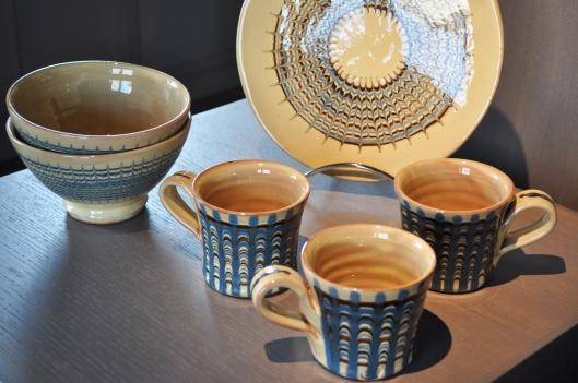 """""""j'ai découvert la terre vernissée lorsque j'étudiais la céramique à Harrow, près de Londres. J'ai visité des musées et des collections de céramiques en Grande Bretagne, France, Hongrie et Roumanie. C'est ainsi que je me suis inspiré pour mon propre travail."""""""